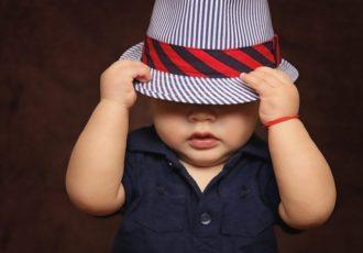 Bimbo indossa cappello